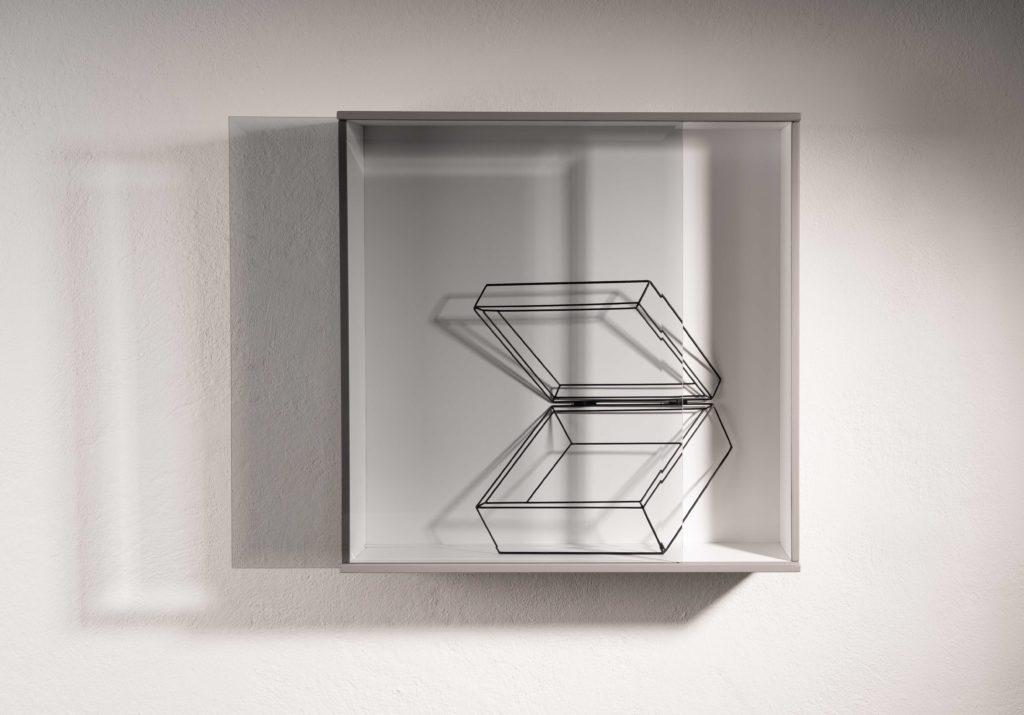 """Tiina Sarapu Case Study 3. Shadow Case, 2020. Ulvi Haagensen (s 1964) Avatud karp sarjast """"Kuidas vabaneda"""", 2009, ETDMi kogu."""