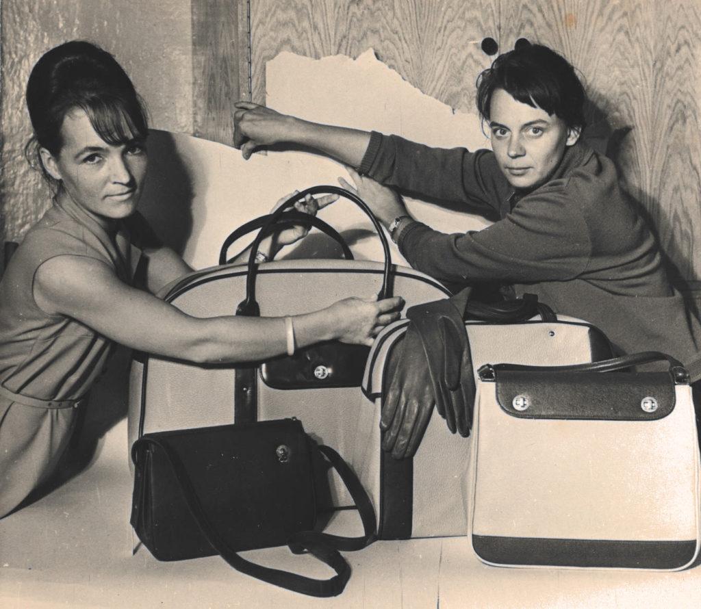 Disainerid Viive Linnart ja Ruuda Maarand 1960.aastate teisel poolel Linda toodangu pildistamist ette valmistamas.
